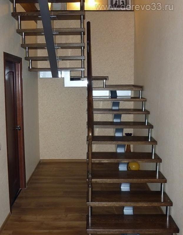 Поворотная металлическая лестница на второй этаж